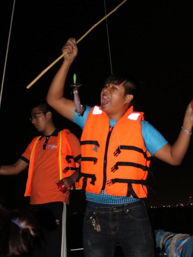 trải nghiệm thuyền buồm câu mực hạ long